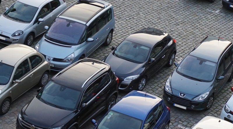 Parkplatz mit parkenden Autos. Passend zum Thema Webscraping mit Pyhon.